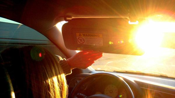 Cómo sobrevivir cuando se conduce con el sol justo de frente